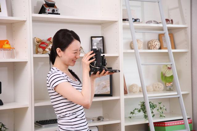 趣味の写真を撮る女性
